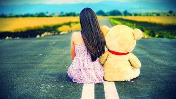 cô gái ngồi với gấu